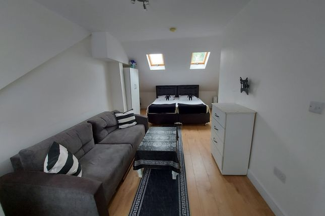 Thumbnail Studio to rent in Shrubbery Road, London