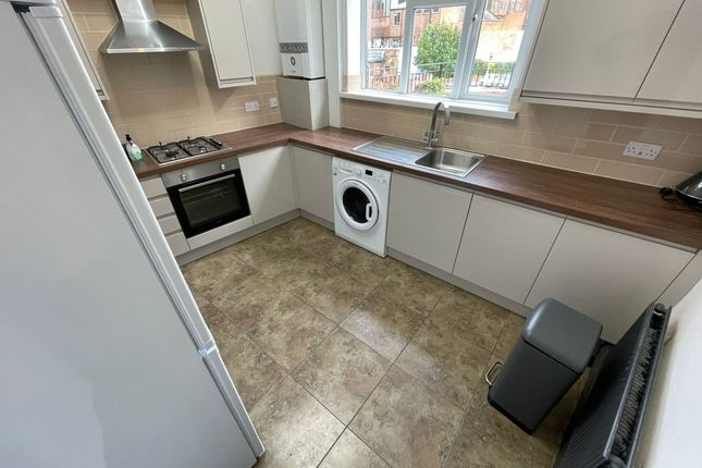 2 bed flat to rent in Fife Road, Kingston, London KT1