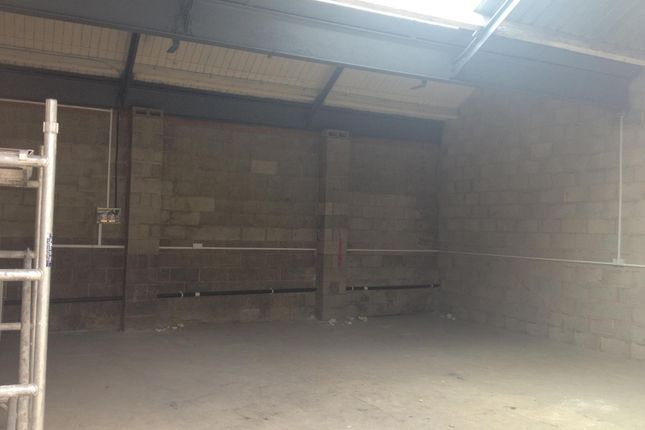 Parking/garage to let in Albert Close, Whitefield