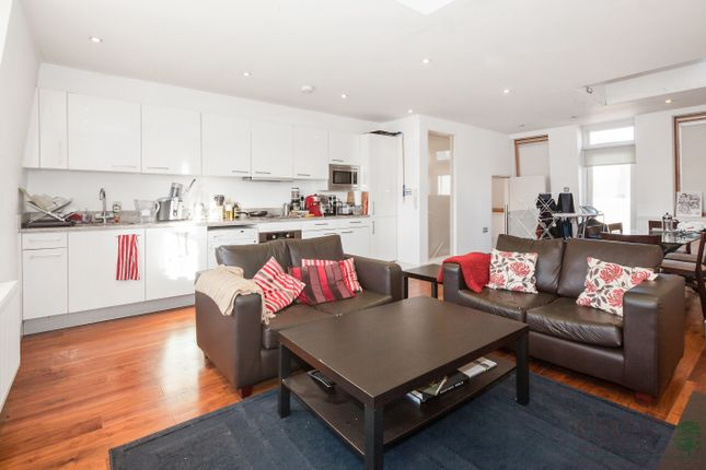 Thumbnail Flat to rent in Magdalen Mews, London