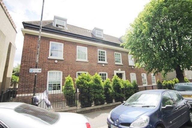 Flat to rent in Grosvenor Park Road, London