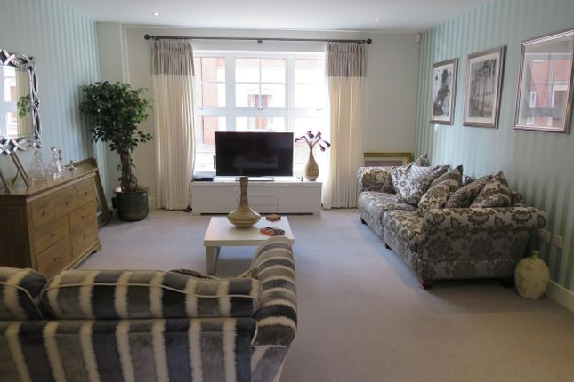 2 bedroom flat to rent in Armstrong Drive, Worcester
