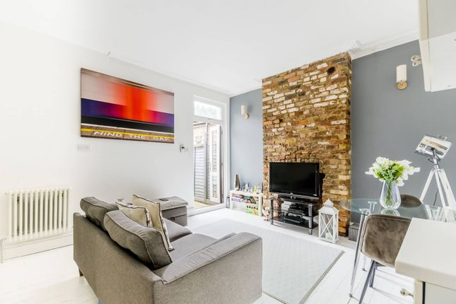2 bed flat to rent in Penwortham Road, Furzedown, London SW16