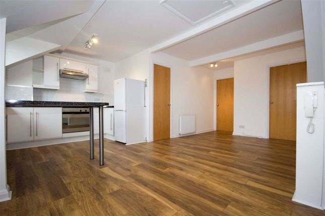 2 bed flat to rent in Welldon Crescent, Harrow, Middlesex HA1