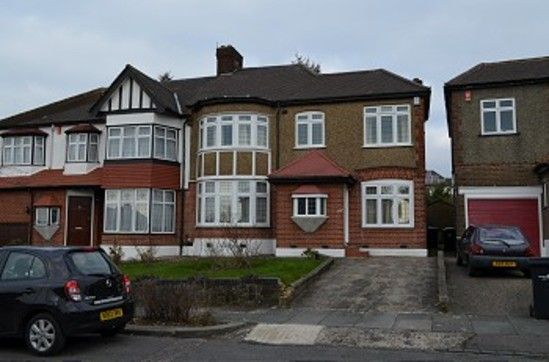 5 bed property to rent in Langside Crescent, London