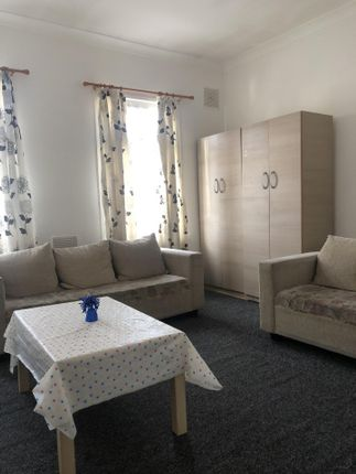2 bed flat to rent in Hartington Road, Southall UB2