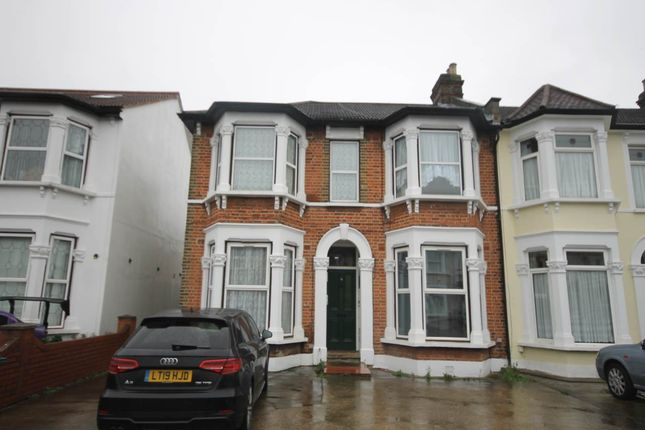 3 bed flat to rent in Elgin Road, Seven Kings, Ilford IG3