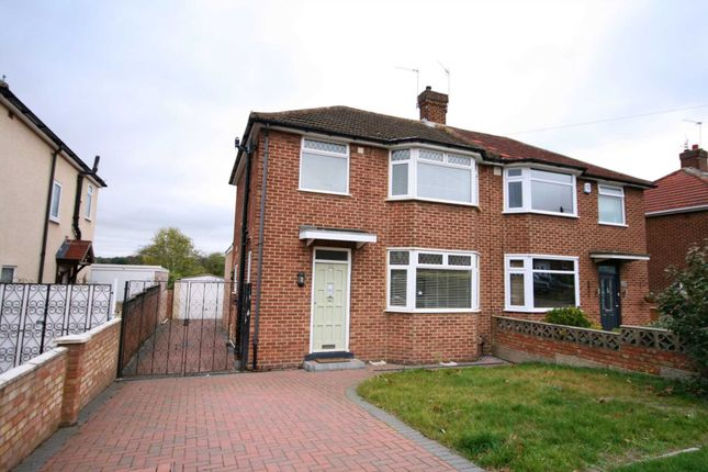 Thumbnail Semi-detached house to rent in Oakdene Road, Hemel Hempstead