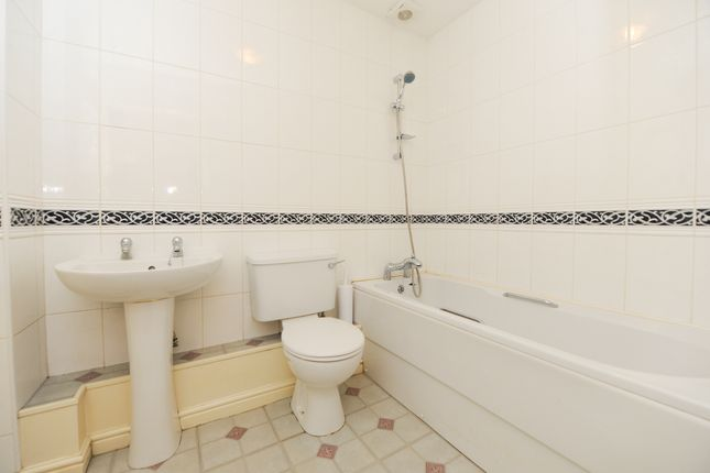 Bathroom of Oliver House, Wain Avenue, Chesterfield S41