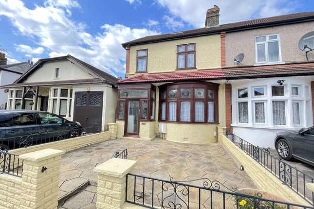 3 bed end terrace house to rent in Clive Road, Heath Park, Romford RM2