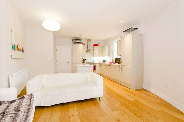 3 bed flat to rent in Essex Road, Islington