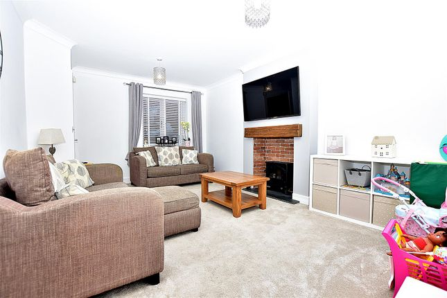 Living Room of Petchart Close, Cuxton, Rochester ME2