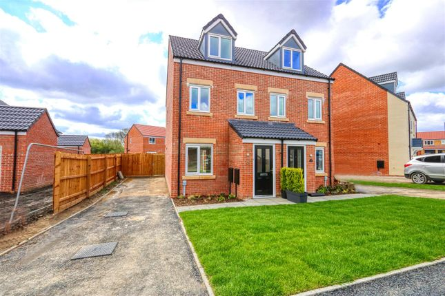3 bed town house to rent in Emerald Drive, Hasland, Chesterfield, Derbyshire S41