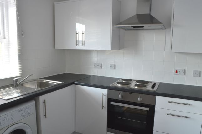 2 bed flat to rent in Station Road, Kings Langley