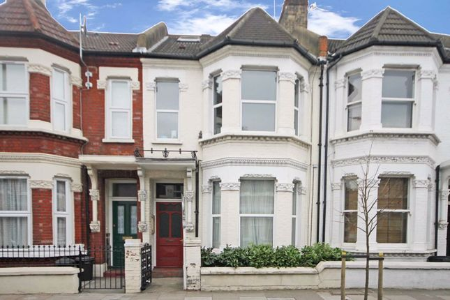 2 bed flat to rent in Elspeth Road, London SW11