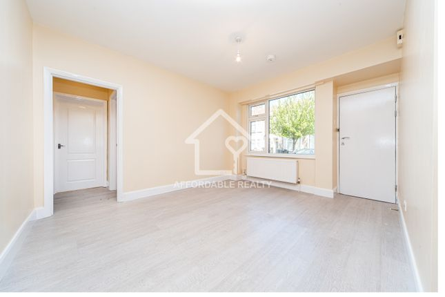 2 bed flat to rent in Dowsett Road, Wood Green N17