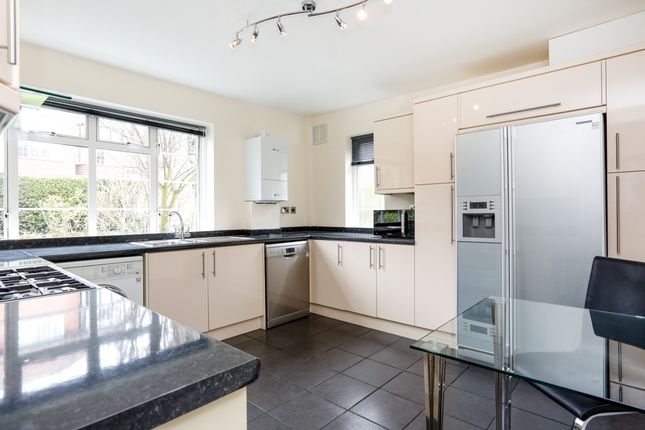 3 bed flat to rent in Arundel Court, Raymond Road, London