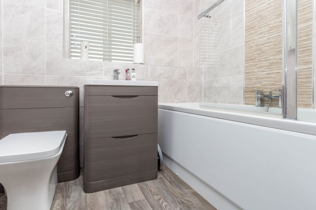 Bathroom of Leighton Close, Wellingborough NN8