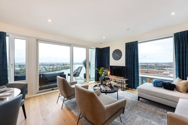 Thumbnail Flat to rent in Deveraux House, London