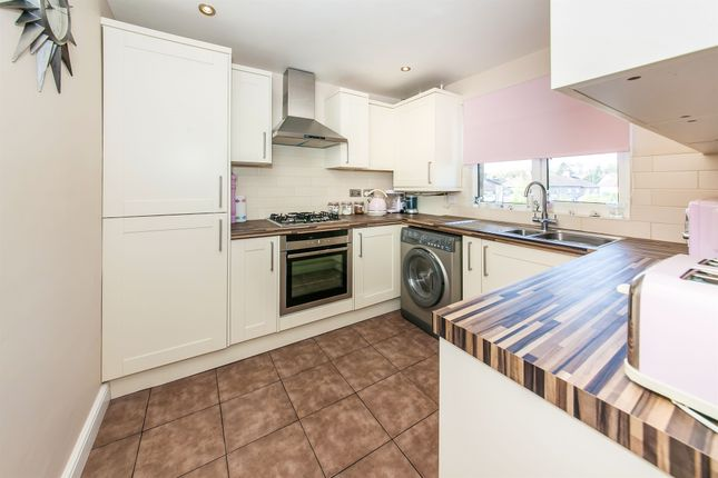 Thumbnail Flat for sale in Mead Close, Redhill