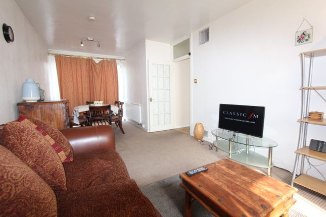 2 bed flat to rent in Westleigh Avenue, London