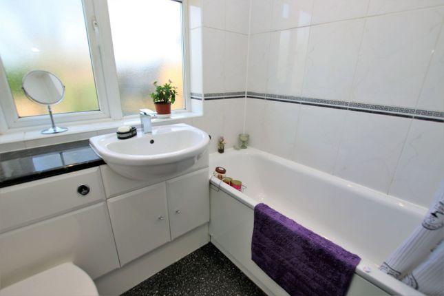Bathroom of Chestnut Close, Hayes UB3