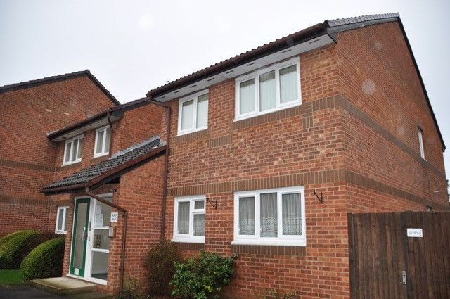 2 bed flat for sale in Manor Farm Lane, Egham