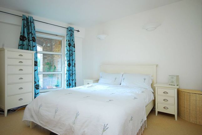 Thumbnail Flat to rent in Cascades Tower, Canary Wharf