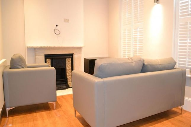 2 bed flat to rent in The Avenue, West Ealing, London.