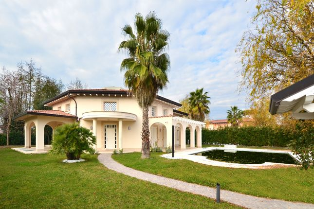 8 bed villa for sale in Forte Dei Marmi, Tuscany, Italy