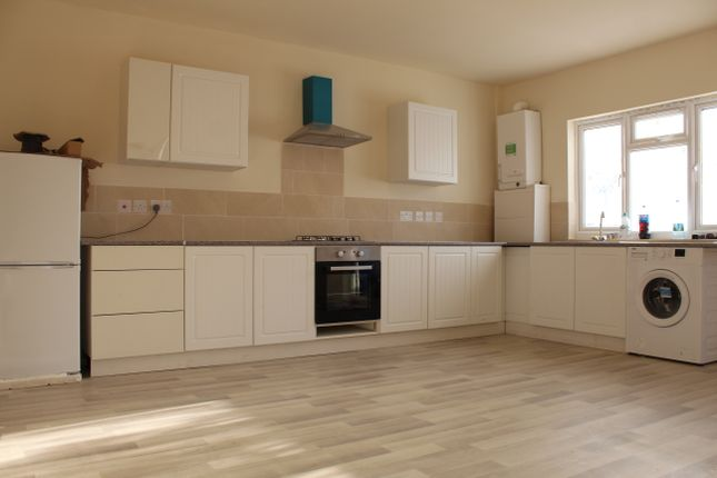 Thumbnail Flat to rent in Roundmoor Drive, Chesunt