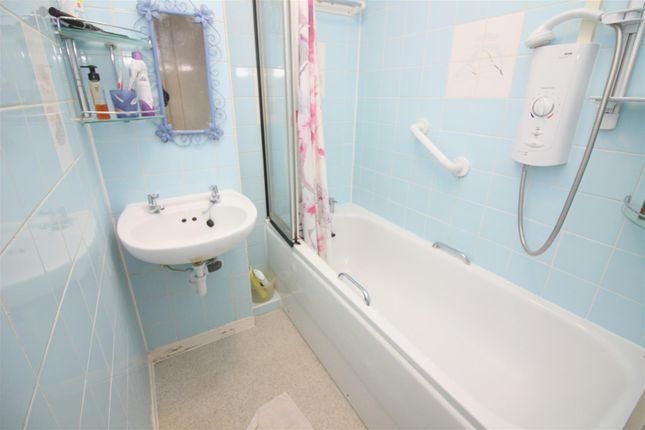 Bathroom of St. John's Way, London N19