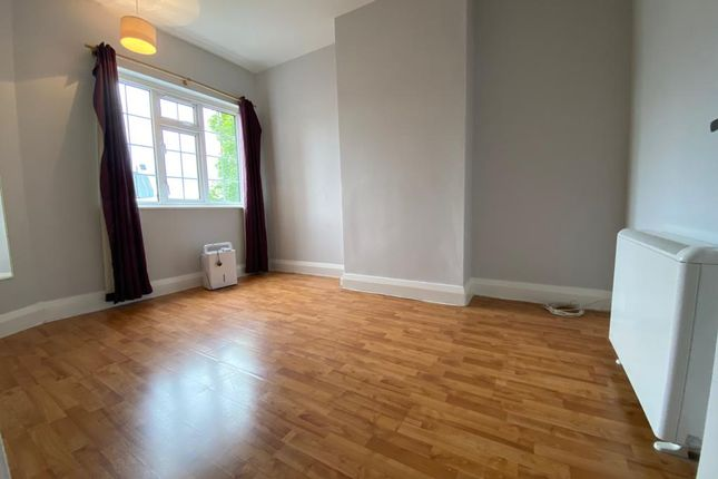 1 bed flat to rent in Heath Park Road, Romford, London RM2