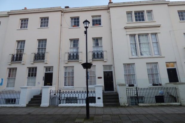 2 bed flat to rent in Lind Street, Ryde