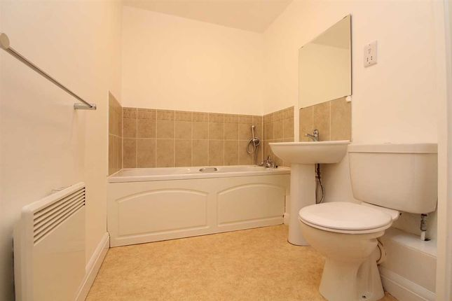 Bathroom of Yeoman Close, Ipswich IP1