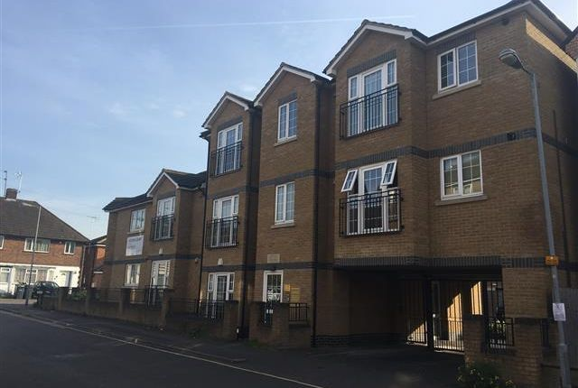 Thumbnail Flat for sale in Sarum Road, Luton