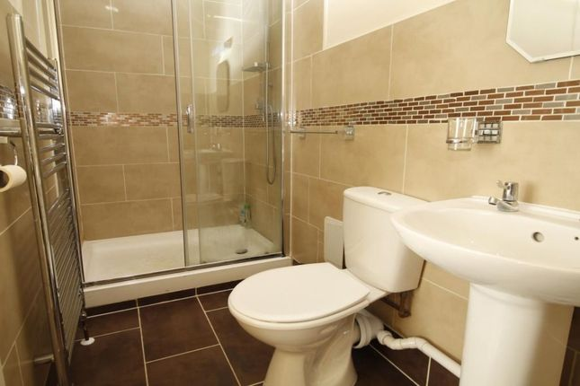 2 bed flat to rent in Browning Road, London
