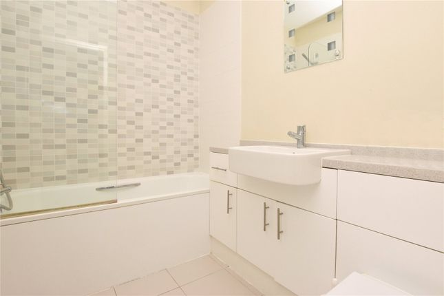 Picture No. 04 of North West Apartment, 25 Woodford Road, Watford, Hertfordshire WD17
