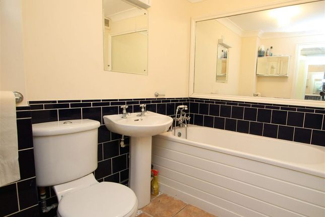 Bathroom of Cottage Grove, Southsea PO5