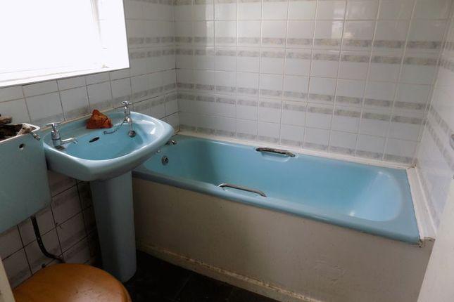 Bathroom of Glenlee Road, Bradford BD7
