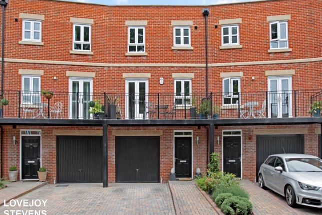 Thumbnail Town house to rent in Hennessy Crescent, Newbury