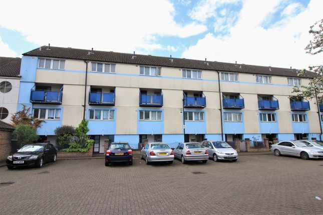 Thumbnail Flat for sale in Harlech Gardens, Hounslow