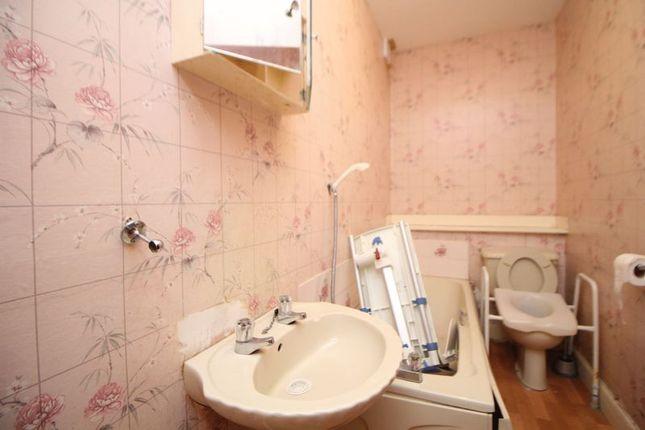 Bathroom of Gladstone Street, Leven KY8