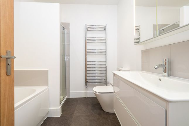 Family Bathroom of Hawthorn Road, Sutton, Surrey SM1