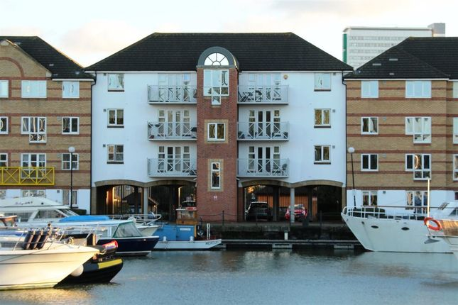 Thumbnail Flat to rent in Dunnage Crescent, London
