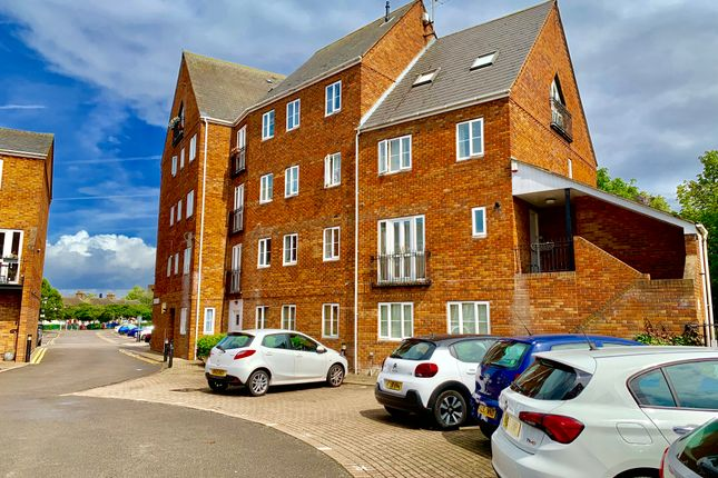 Flat to rent in Sovereigns Quay, Bedford