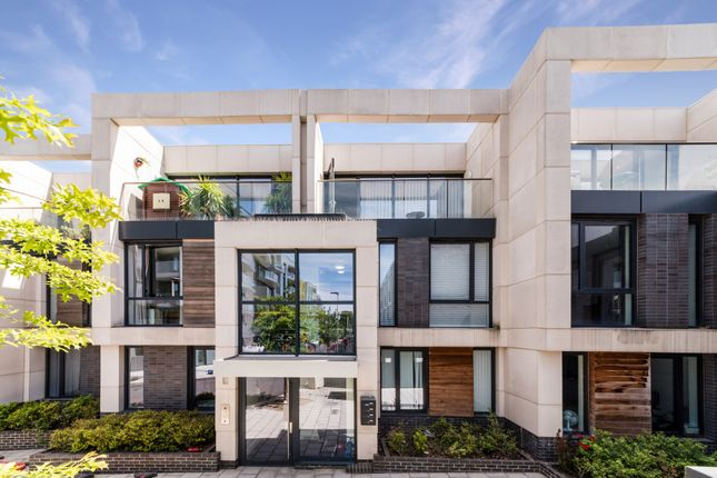 Thumbnail Maisonette for sale in Hawthorne Crescent, Greenwich, London