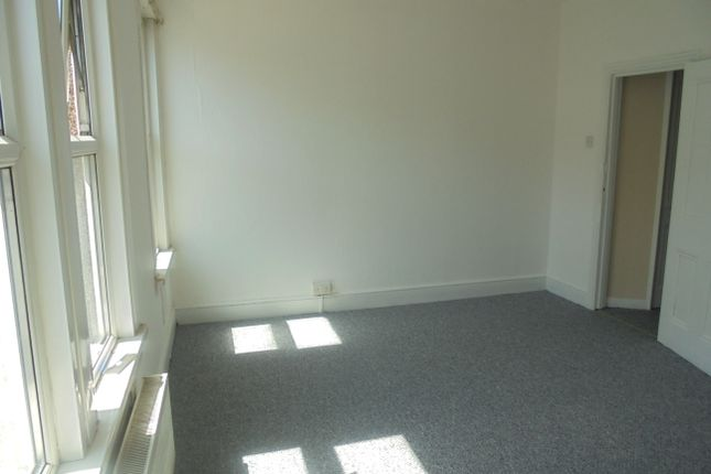2 bed flat to rent in Plumstead Common Road, Southeast London
