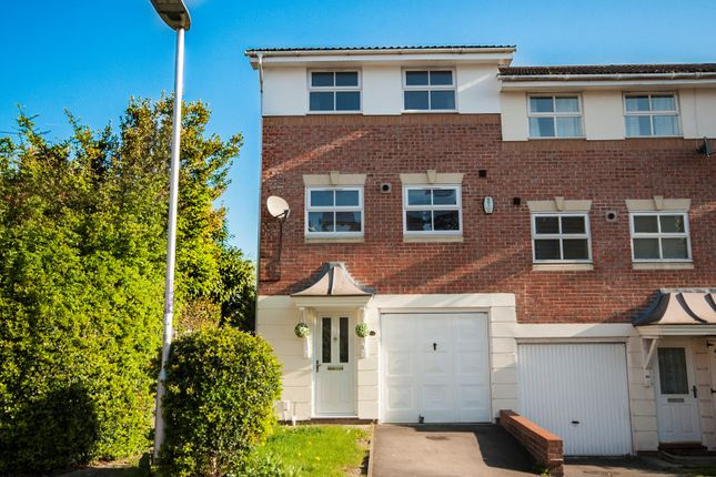 Thumbnail Town house for sale in Elm Park, Reading
