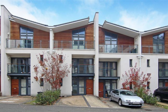 Thumbnail Town house to rent in Scott Avenue, London